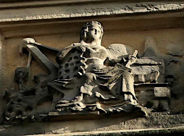 Foto van reliëf met zittende dame (close-up)