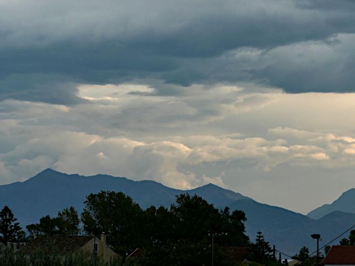 Foto van dreigende wolken boven bergen