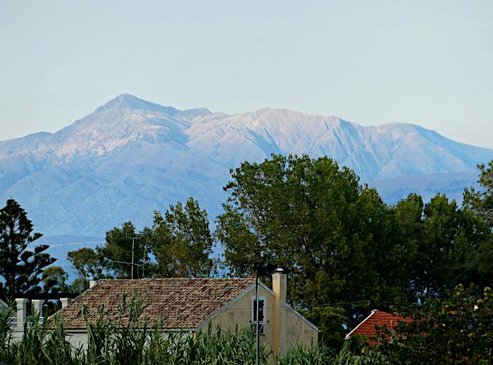 Foto van huis, bomen en bergen