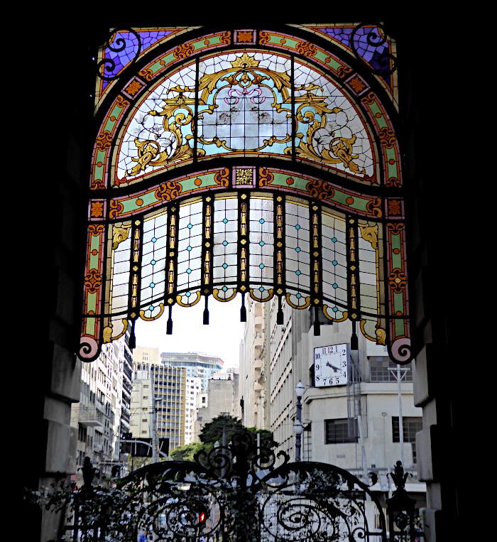 Foto van uitgang met glas-in-lood